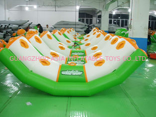 चीन 0.9mm Pvc Tarpaulin Inflatable Water Seesaw With 4 Seats En71-2 फैक्टरी